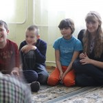 В кругу детей наши волонтёры, во время игр