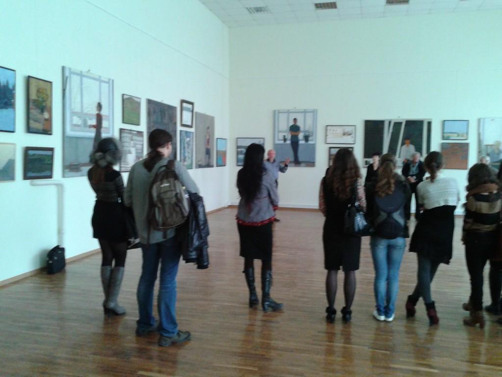 Люди на выставке, открытие